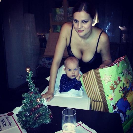 Ornella a Quentinek u vánočního stromečku.