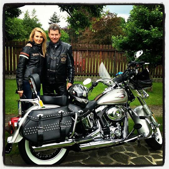 Sandru svezl její tatínek, který je vášnivý motorkář.
