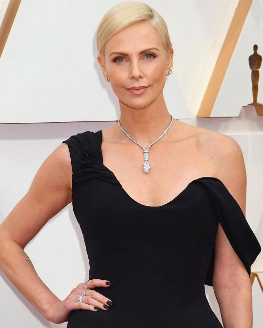 Herečku, nominovanou za nejlepší herecký výkon, zdobil oslnivý náhrdelník z kolekce Tiffany High Jewellery 2020 tvořený 165 diamanty s centrálním diamantem o váze 21 karátů v hodnotě v přepočtu více než 150 miliónů korun.