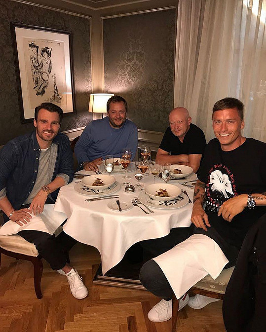 Leoš se s Honzou Knochem (vpravo), nebo třeba s Ivanem Haškem (druhý zprava) schází na pravidelných večeřích.