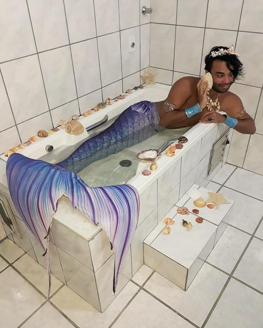 Spokojený je i ve vaně.