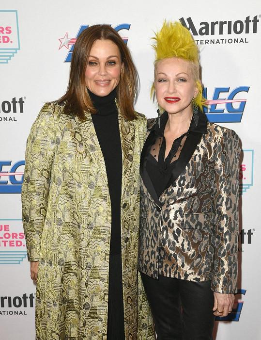 Belinda Carlisle se svou pěveckou kolegyní Cyndi Lauper v roce 2019.