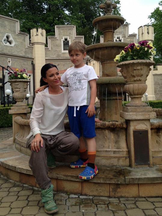 Do luxusního hotelu na Hlubokou jezdí teď Gábina už jen se synem.