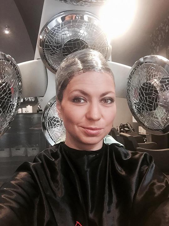 V křesle pražského salonu strávila bezmála pět hodin.
