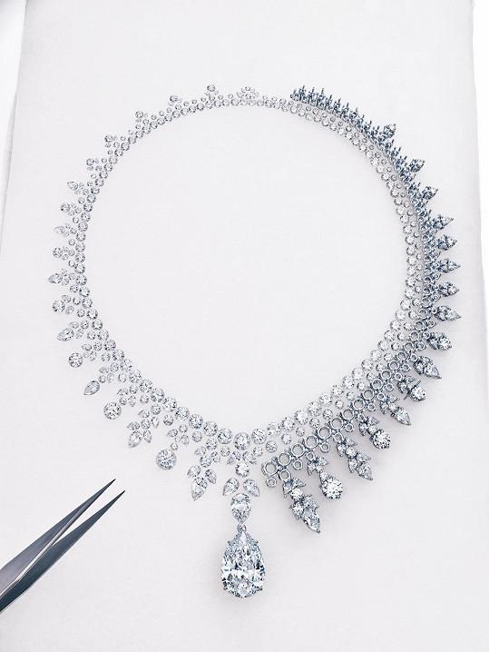 Pro výrobu šperku bylo použito přes tři sta broušených diamantů.