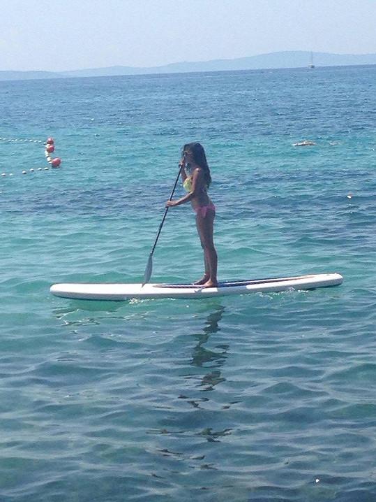 Naučila se jezdit i na paddleboardu.