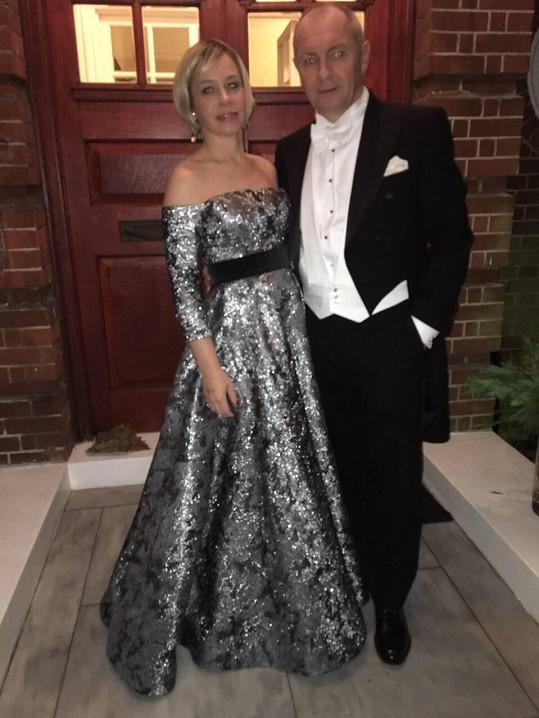 Na setkání s britskou královnou upravenou verzi oblékla manželka českého velvyslance.