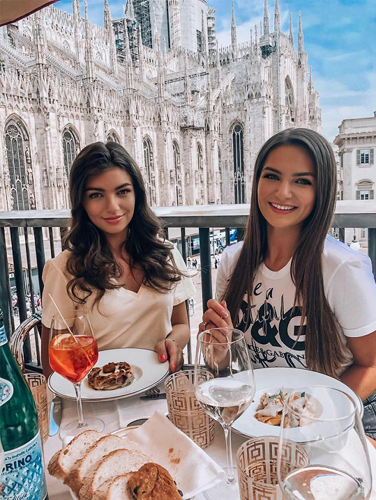 Nelly (vlevo) si se sestrou užila výlet v Itálii.