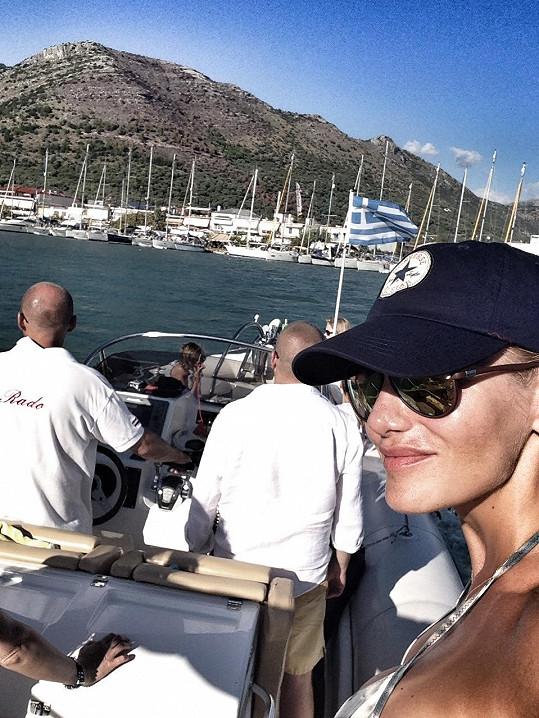 Zpěvačka v Řecku prožívá aktivní dovolenou.
