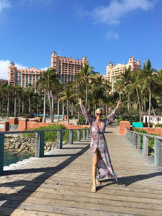 Na Bahamách s ikonickým hotelem v pozadí