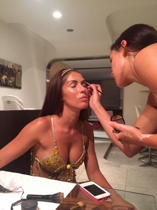 Opálené zpěvačce vytváří make-up vizážistka. Všechny tanečnice musí být nalíčeny shodně.