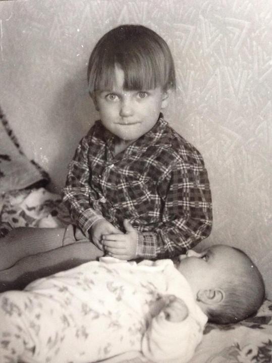 Dalibor Gondík a jeho mladší sestra Adéla na archivním snímku z dětství
