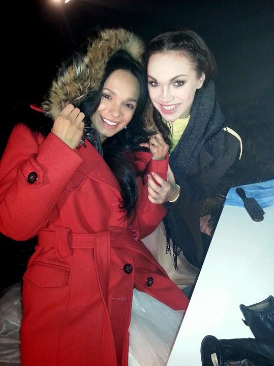 Kamila s Gábinou Dvořákovou, která si v klipu zahrála její sestru.