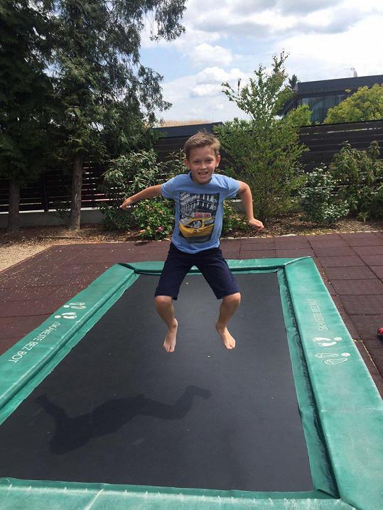 Po vysvědčení vyrazil s mámou do nedalekých Průhonic na trampolínu.