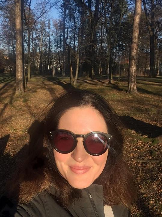 Žije v Rožnově pod Radhoštěm, proto se nafotila v rožnovském parku.