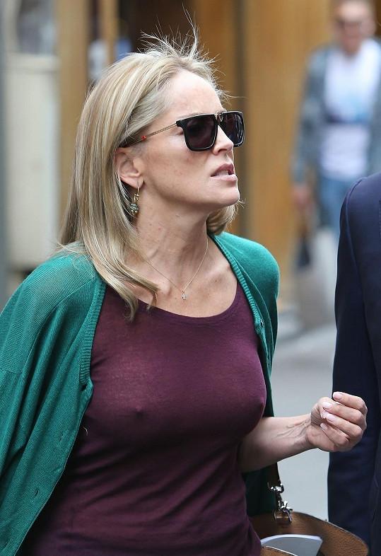 Slavná herečka má odvahu, bez podprsenky chodí často.