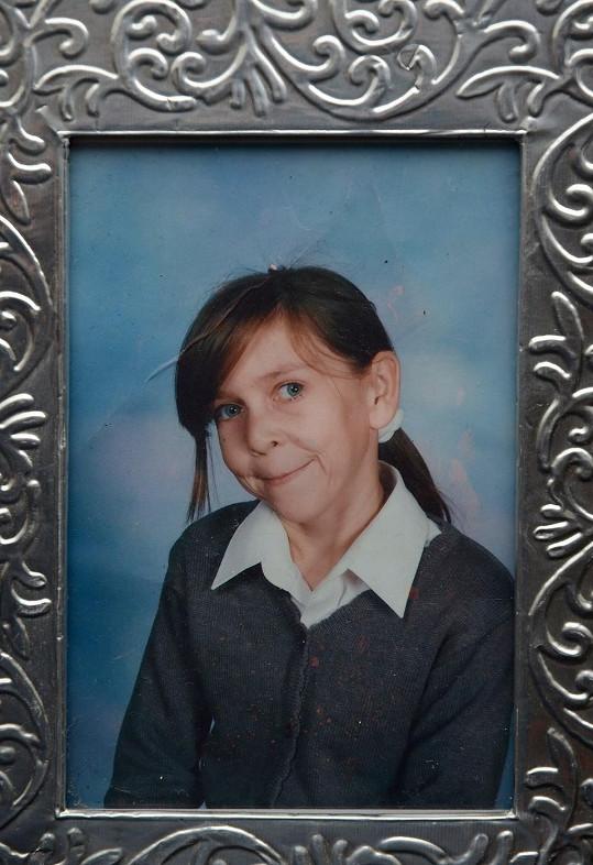 Zara na fotografii, kde jí bylo osm let.
