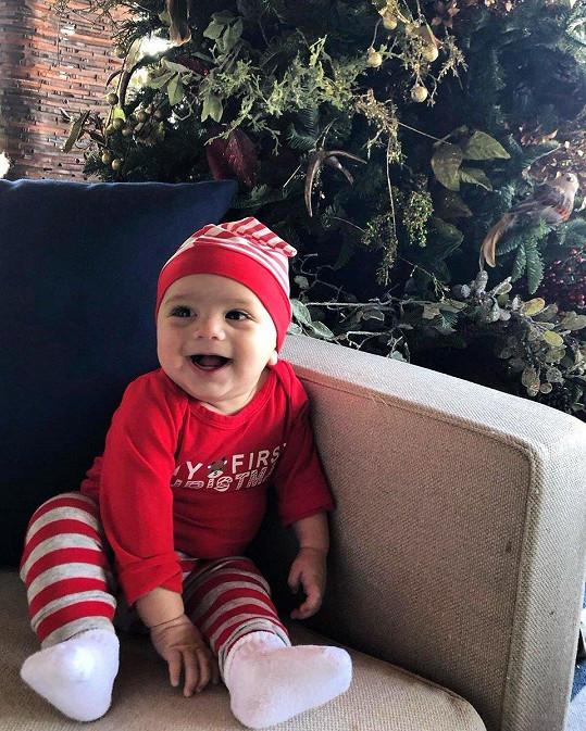 Eva Longoria sdílela roztomilý snímek synka Santiaga u vánočního stromku.