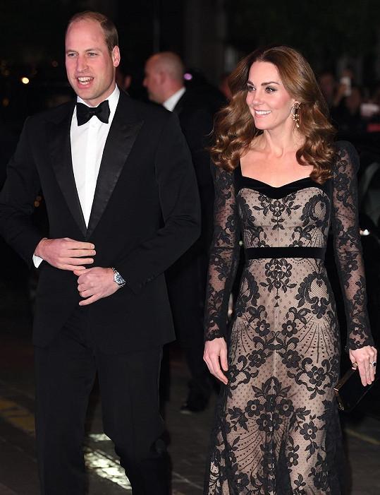 Vévoda a vévodkyně z Cambridge svou přítomností v divadle The London Palladium podpořili charitativní organizaci Royal Variety.