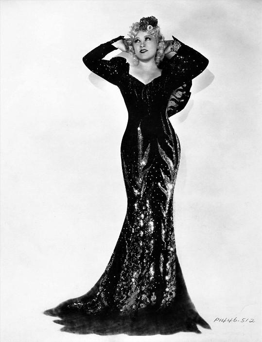 Mae West se neobešla bez proklatě vysokých podpatků a rób až na zem.