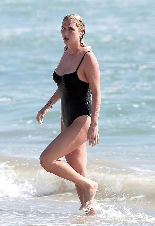 Kesha strávila poslední srpnový den koupáním v Santa Monice.