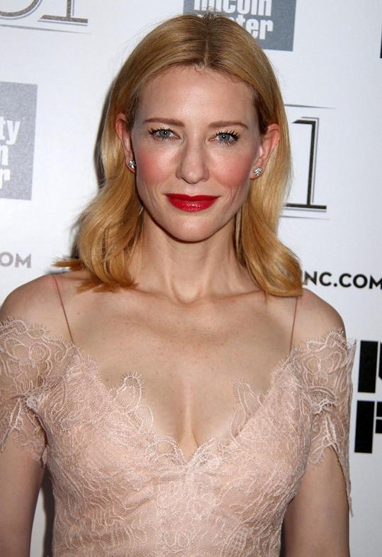 Cate Blanchett ukázala dekolt.