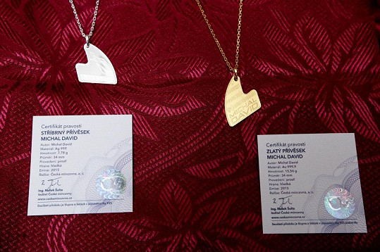 Přívěsky ve stříbře a ve zlatě mají tvar klavíru.