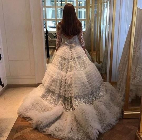 Šaty modelce navrh Zuhair Murad.