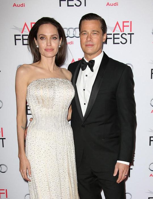 Angelina je třikrát rozvedená. S Bradem Pittem byla do roku 2016 a rozvod byl finalizován v roce 2019.