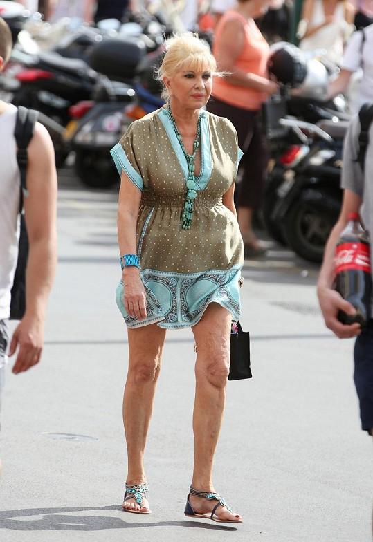 Slavná česká rodačka předvedla v Saint Tropez své štíhlé nohy.