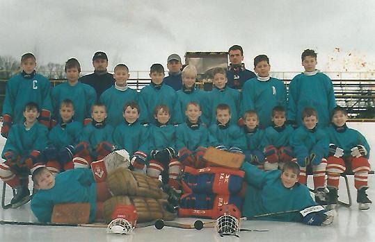 Patrik Děrgel coby brankář na týmové fotce (vpravo)