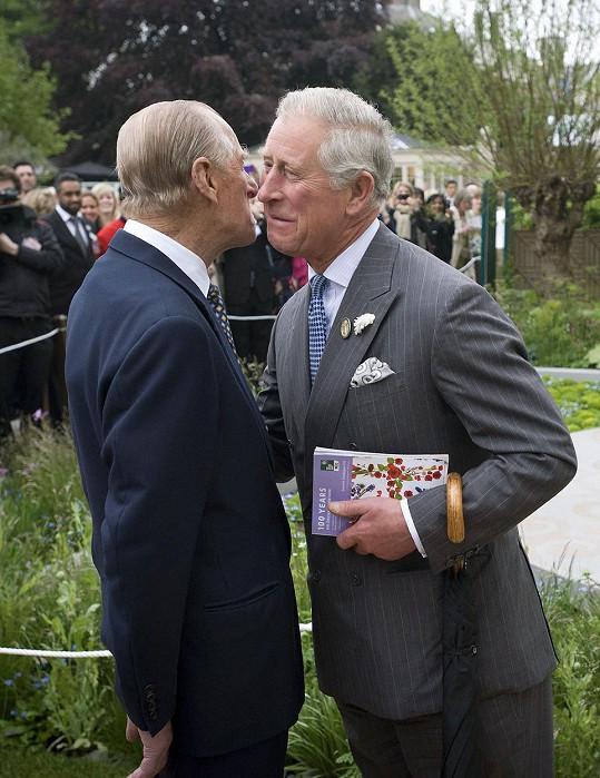 Princ Charles se vítá s otcem princem Philipem (2013)