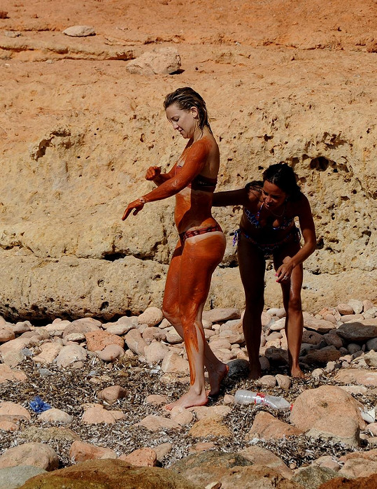 Na dovolené si dopřála bahenní zábal.