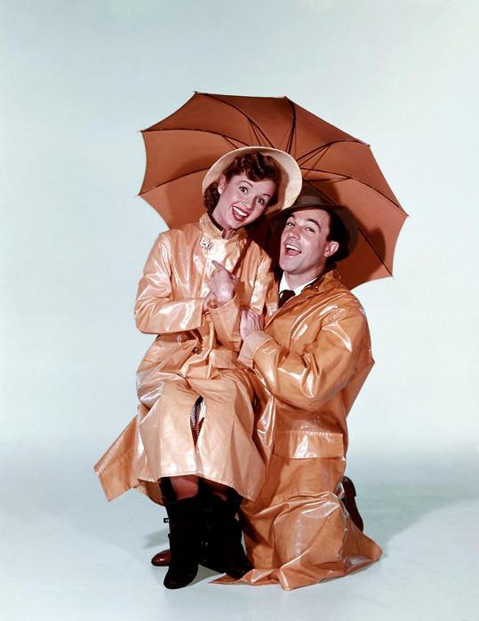 Debbie Reynolds a Gene Kelly ve slavném Zpívání v dešti (1952)