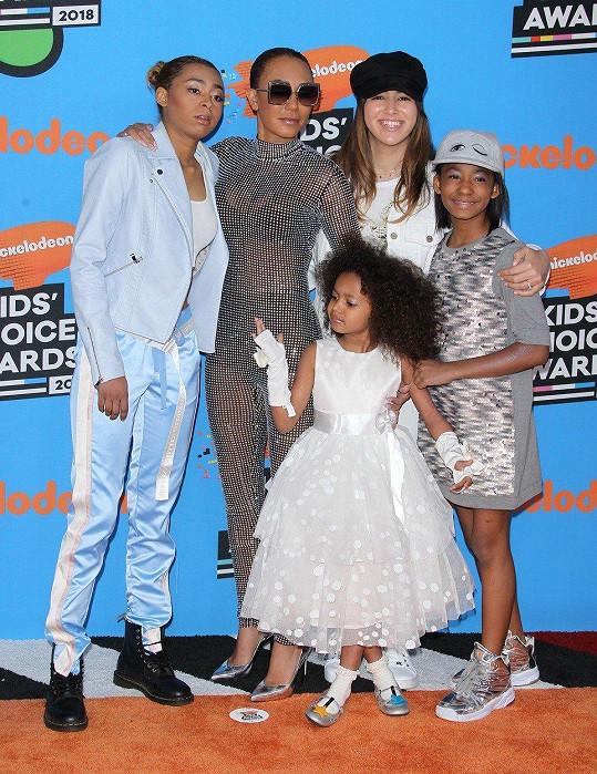 Mel s dcerami Madison, Angel a Phoenix a nevlastní dcerou Giselle.