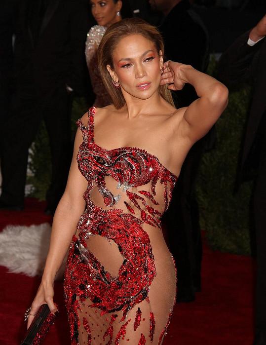 Dokonalou inspiraci východní kulturou předvedla Jennifer Lopez v šatech z ateliéru Versace s emblémem čínského draka.