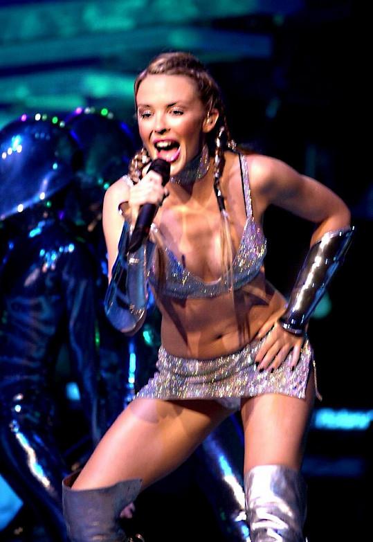 Ukazování kalhotek na pódiu? Pro Kylie Minogue žádný problém už v 90. letech.