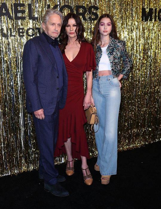 Michael, Catherine a Carys na přehlídce Michaela Korse
