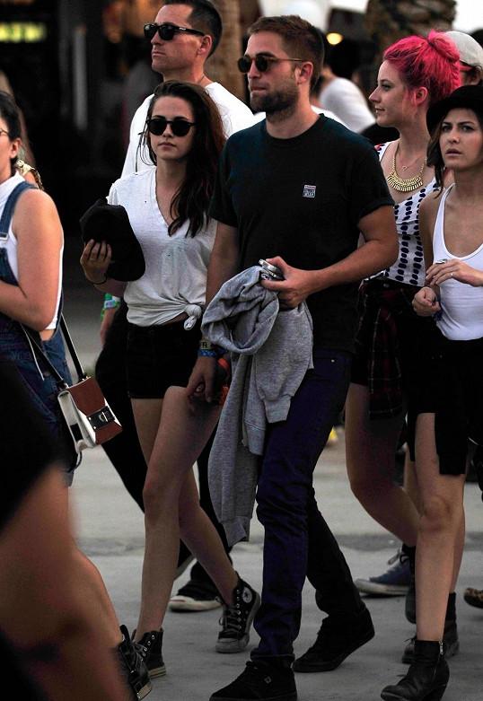 Kristen se svým zarostlým Robertem na festivalu.