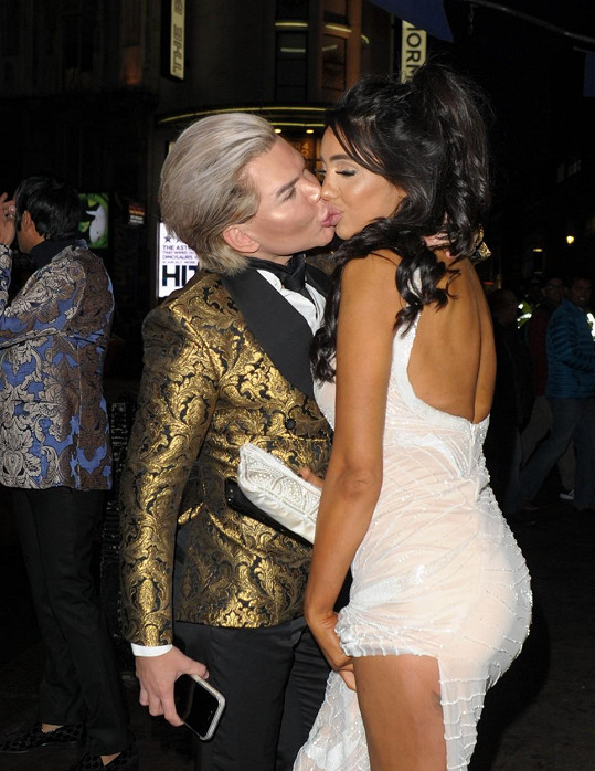 Živý Ken dorazil na londýnskou akci Miss Motors v doprovodu Chloe Khan.