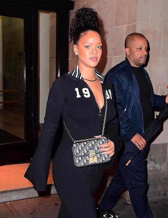 Rihanna teď udělala reklamu i šatům, které sice vypadají jako teplákovka, ale jedná se o jednodílný komplet.