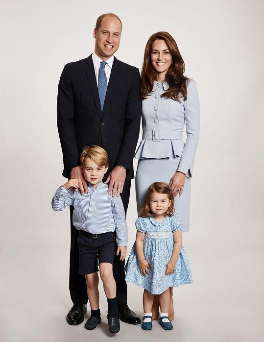 V tradici vánočních fotografií pokračují i William s Kate, na snímku z roku 2017 se staršími dětmi Georgem a Charlotte