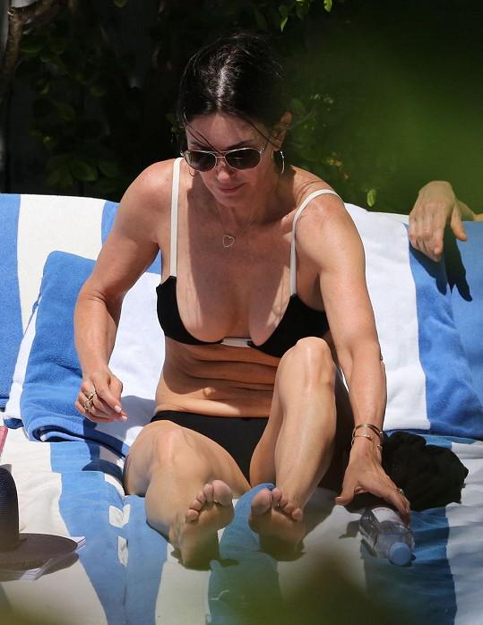 Courteney Cox na pláži na Miami