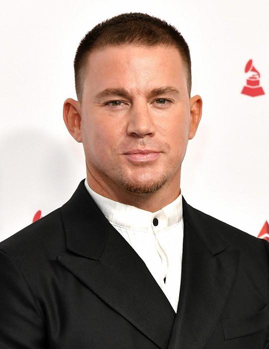 Channing Tatum se živil jako striptér, aspoň víme, odkud má ty pohyby.