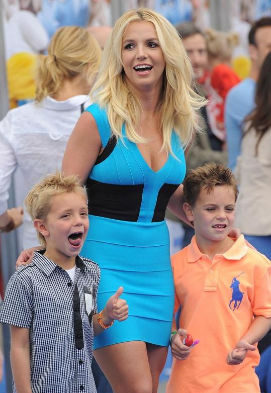 Zpěvačka se svými syny na premiéře filmu Šmoulové 2