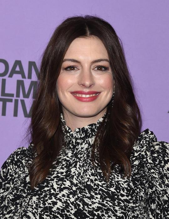 Anne Hathaway s dřívějším účesem od kadeřníka.