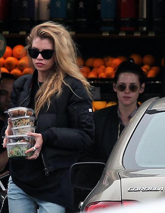 Holky spolu už nějaký čas chodí nakupovat...