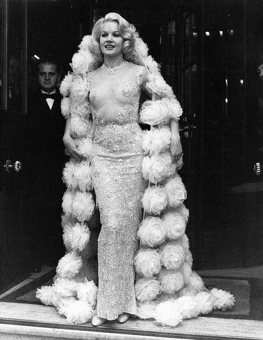 Carrol Baker na filmové premiéře v roce 1964