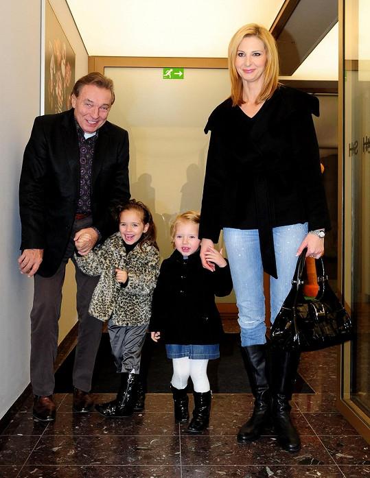 Na své dcerky, které vychovává s manželkou Ivanou, je Karel Gott pyšný.