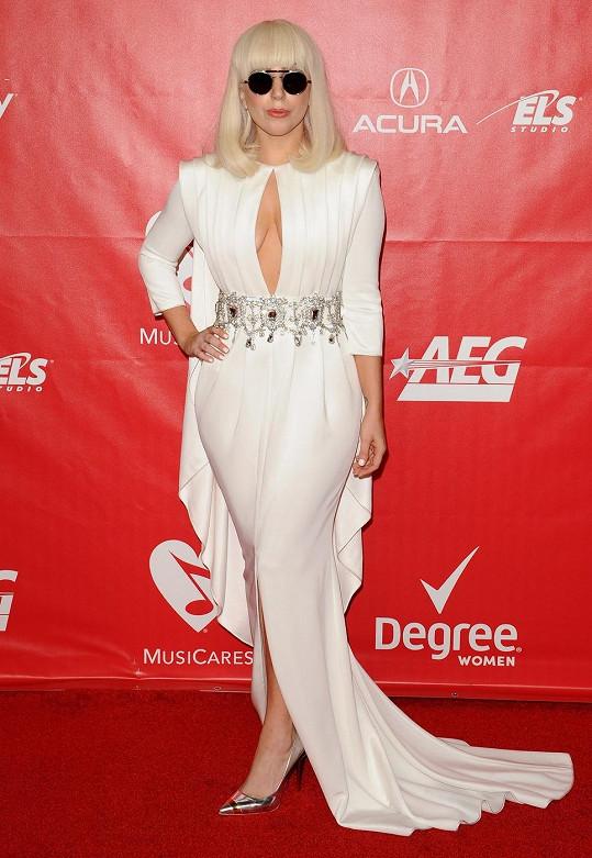 Bílé šaty Lady Gaga doplnila podivnými brýlemi.
